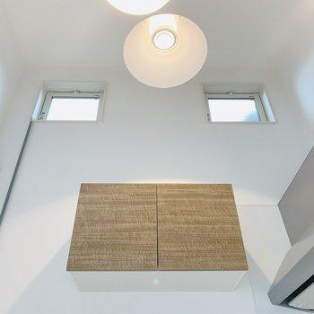 キッチン上部を見上げると、この開放感!ただ天井が高いだけでなく、窓もついているので抜け感がありますね。
