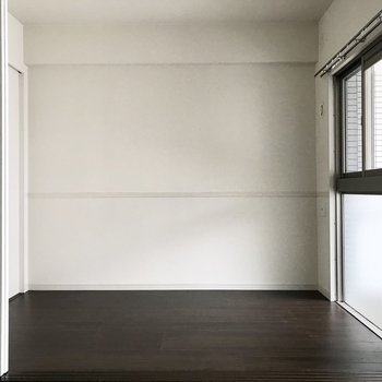 洋室は引き戸で仕切られています。 (※写真は12階の同間取り別部屋、清掃前のものです)