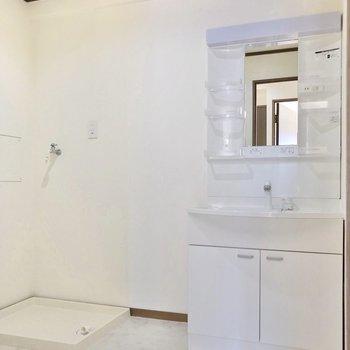 脱衣所もゆったり。綺麗な洗面台で朝の支度も気持ちよくできそうですね。