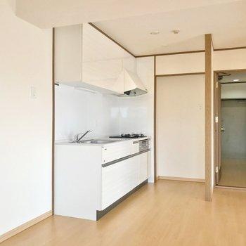 冷蔵庫はシンク側に。コンロ側には食器棚を置けますよ。