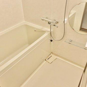 お風呂はサーモ水栓で温度調節簡単。丸い鏡が可愛らしい。