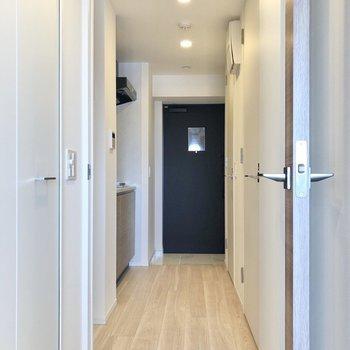 居室から廊下に出ていきましょう。