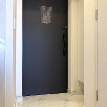 玄関にはHmletらしいネイビーが使われています。