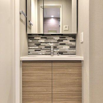 洗面台は鏡裏収納なので、小物もスッキリと片付けられます。