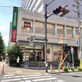 通りを挟んで反対側には24時間営業のスーパーもあります。(現在の営業時間は要確認)