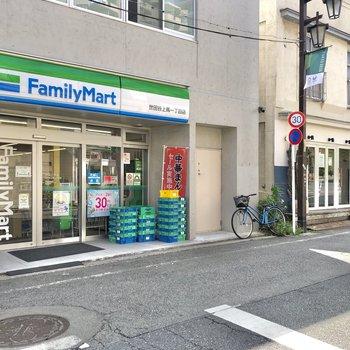 近くにはコンビニと、お隣には美味しそうなタコスのお店がありました。