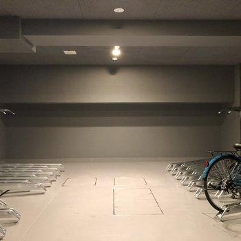 駐輪場は1階、屋内にあります。