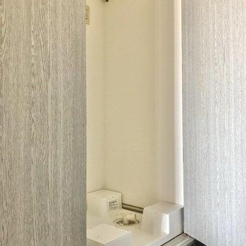 最後は洗濯機置き場です。玄関横なので隠せるのはありがたい。
