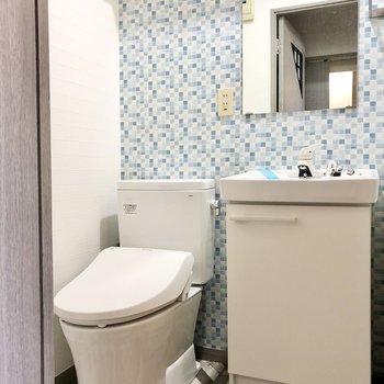 お気に入りの水回り。洗面台もスタイリッシュでトイレと同じ空間だけどこれがいい!(※写真は清掃前のものです)