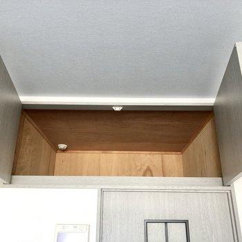 上を見上げると奥行きある収納スペース。150センチで扉は開けれますが、収納する際は気をつけて!