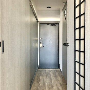 廊下に伸びる、1面の扉たち。