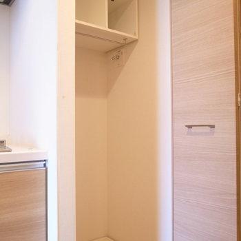 洗濯機置き場はキッチンと玄関のあいだに。