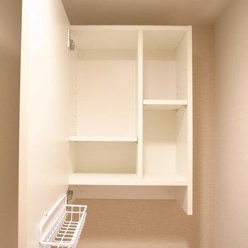 細かく仕切られた棚がついてます。使いやすいですね。