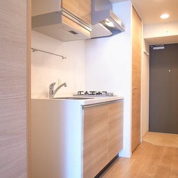 キッチンも洋室と同じ、やさしい木目調。