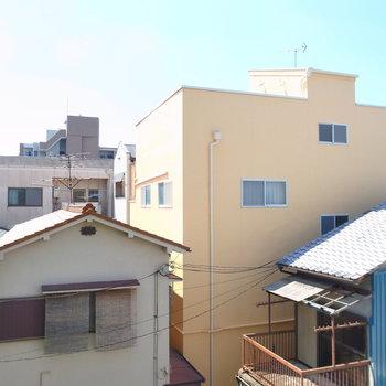 視界の建物はどれも裏側で、視線は気になりませんね!青空もよく見えますよ!