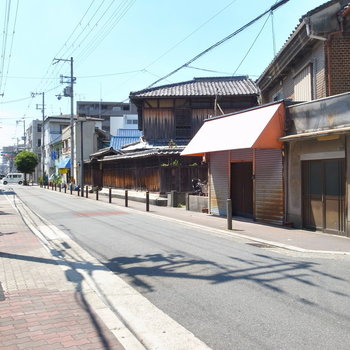 【周辺環境】大通りからちょっと離れたのどかな住宅地です。すぐそばに学校もあります。