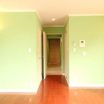 12帖のゆったり洋室。ミントグリーンの壁紙がキュート!(※写真は8階似た間取り、別部屋のものです)