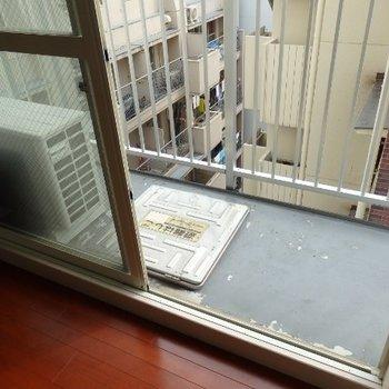 コンパクトなバルコニー(※写真は8階似た間取り、別部屋のものです)