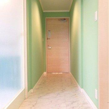 玄関。タタキが洋室手前まで繋がっています(※写真は8階似た間取り、別部屋のものです)