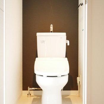 トイレも照明の光がかっこいい (※写真は6階の反転間取り別部屋のものです)