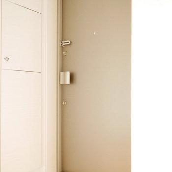 玄関まわりは清潔感のあるホワイト (※写真は6階の反転間取り別部屋のものです)