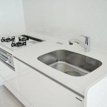 空間の邪魔にならないオールホワイトのキッチン (※写真は6階の反転間取り別部屋のものです)