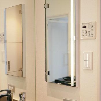 洗面台は横にも鏡が付いています (※写真は6階の反転間取り別部屋のものです)