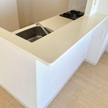 キッチンカウンターにお皿を並べておけば効率よし!