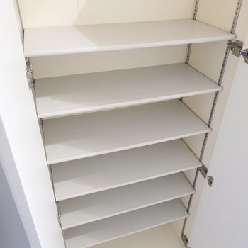 右側には天井近くまで高さのある靴箱。中は可動棚なので大きなブーツなども入ります。