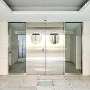 エントランスでは海外映画の基地の入り口のような、カッコいいドアがお出迎え!
