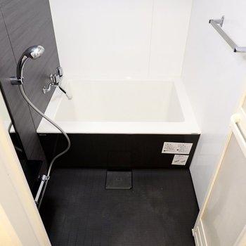 黒基調の引き締まった空間の浴室には、スタイリッシュなフォルムの浴槽が……!