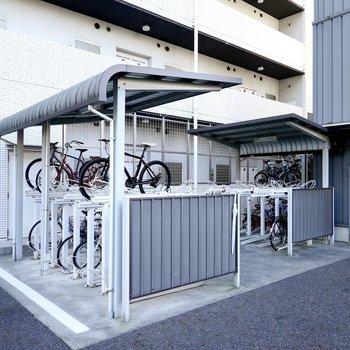 奥には駐輪場も。屋根と車輪止めが愛車を守ってくれますよ。