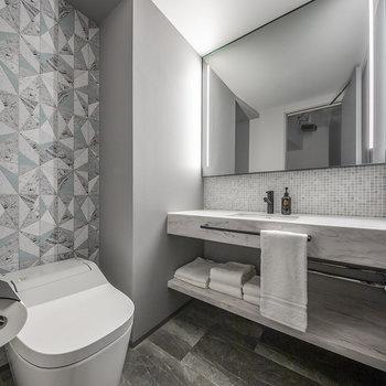 鏡が大きな洗面台と温水洗浄便座付きのトイレもあります。