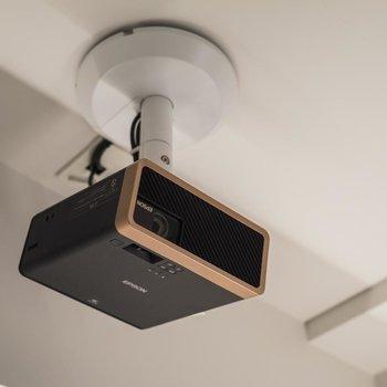 天井にはプロジェクターが設置されています。自分のPCやスマートフォンでアクセスできるんです。