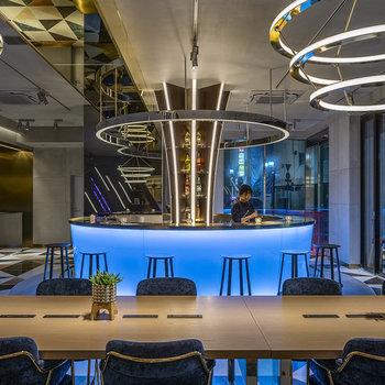【共用部】円形の照明が特徴的なレストランとバーカウンター。
