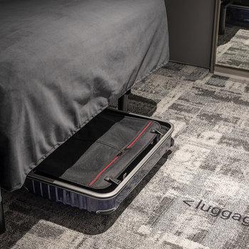 ベッドの下には大容量の収納スペースがあります。