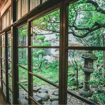 縁側からは日本庭園を見渡せます。都会の喧騒を忘れさせてくれそうです。