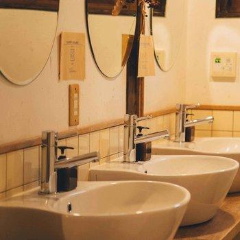 円形の鏡と洗面台。デザインにこだわりを感じます。