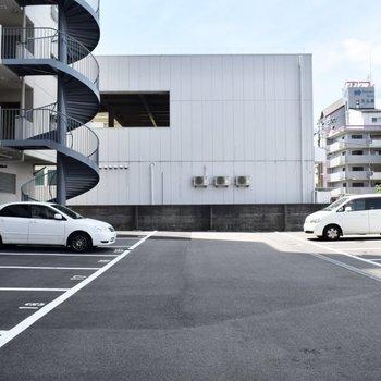 駐車場もありますよ。車の出し入れもしやすそうです!
