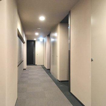 ブルーのライトがお部屋の前に設置された、スタイリッシュな共用部。