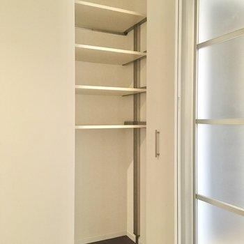ドアの横にちょっとした収納もありますね。