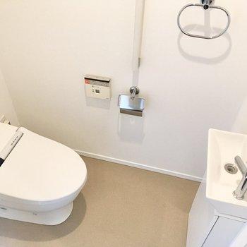 手洗い付きの個室トイレ。前方にスペースが確保されており、快適に利用できそうです。