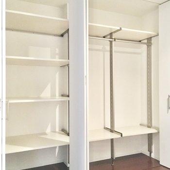 クローゼットやシェルフが設置されており、衣類やレジャー用品などを収納できます。
