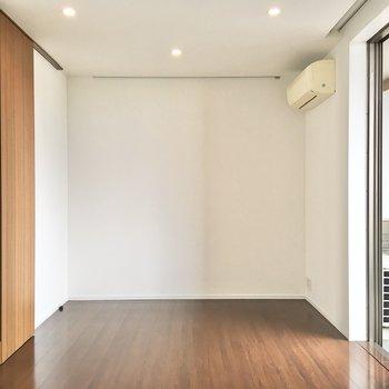 収納家具等を配置して、寝食のスペースを間仕切りすることもできそうです。