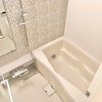 タイル模様のアクセントが効いたバスルーム。