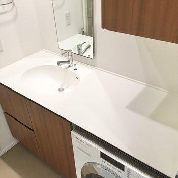 シンプルでクリーンな印象の洗面台。