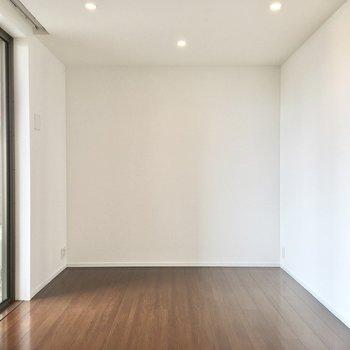 長方形の居室。窓の両側にテレビコンセントが設置されており、家電の配置がしやすいつくりに。