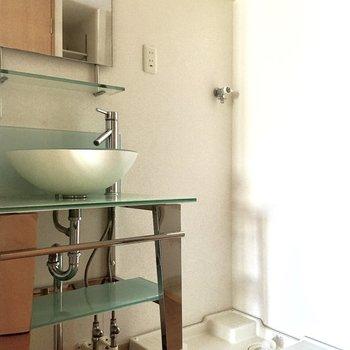 キッチン隣には洗面台と洗濯機置き場が並んでいます。
