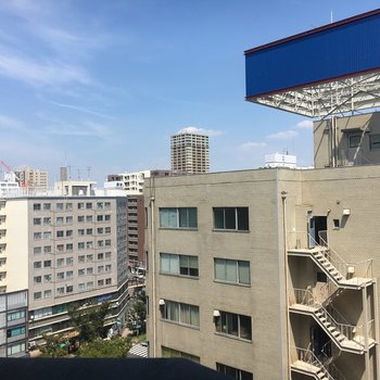 オフィスビルや住宅が多いです。お部屋の小窓からも同じ眺望です。