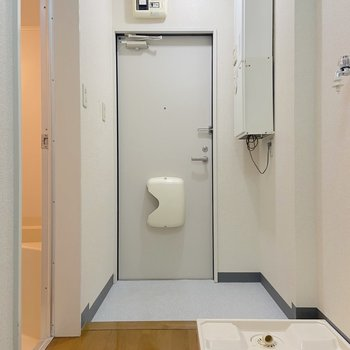 玄関を入ってすぐに洗濯機置場がありました。